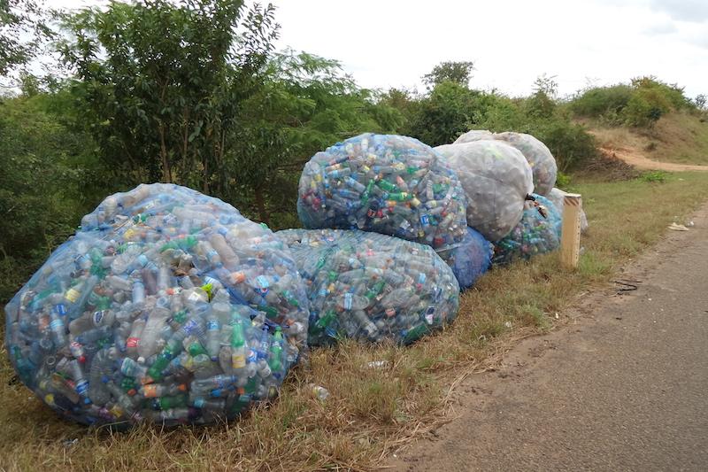 Verzameling van afval naast de Highway