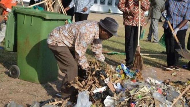 Magufuli ruimt straatvuil op